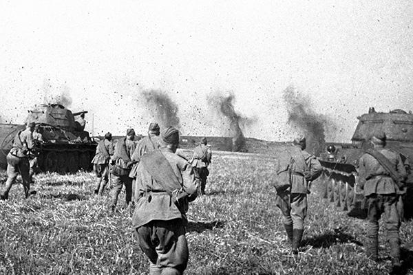 Советские пехотинцы, поддерживаемые танками, идут в атаку