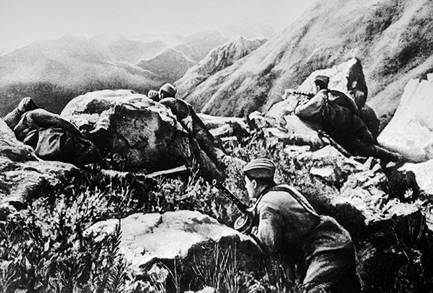 Красноармейцы обороняют горный перевал на Кавказе