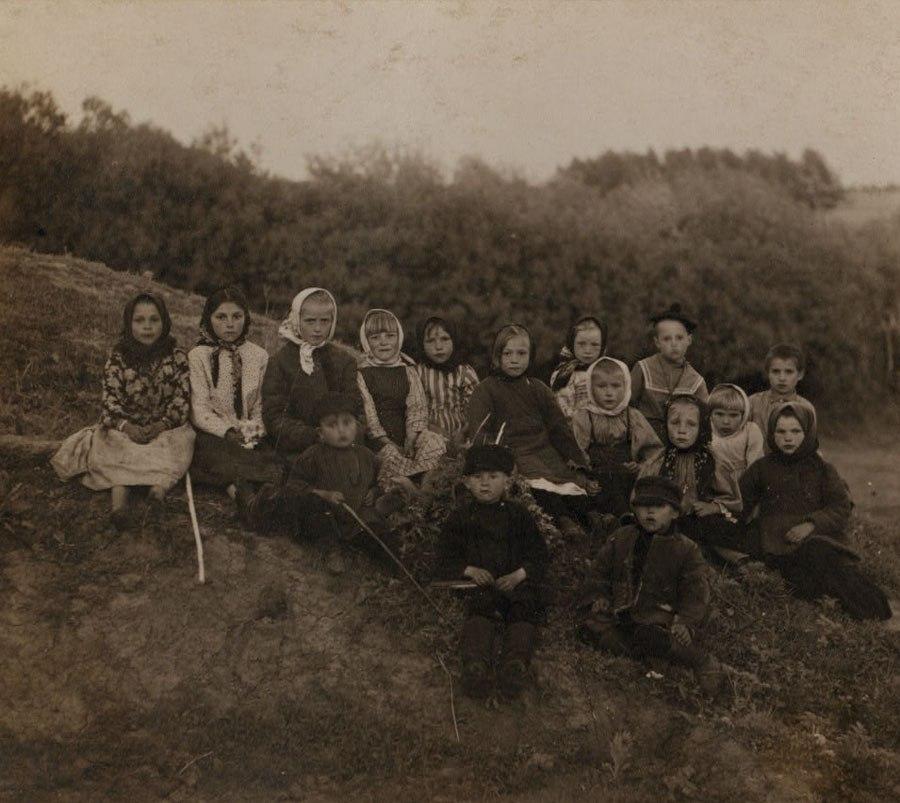 Прокудин-Горский Сергей Михайлович  Группа детей в Ясной Поляне, Тульская губерния  (фото до 1917г)