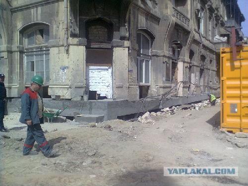 В Баку передвинули старинный дом