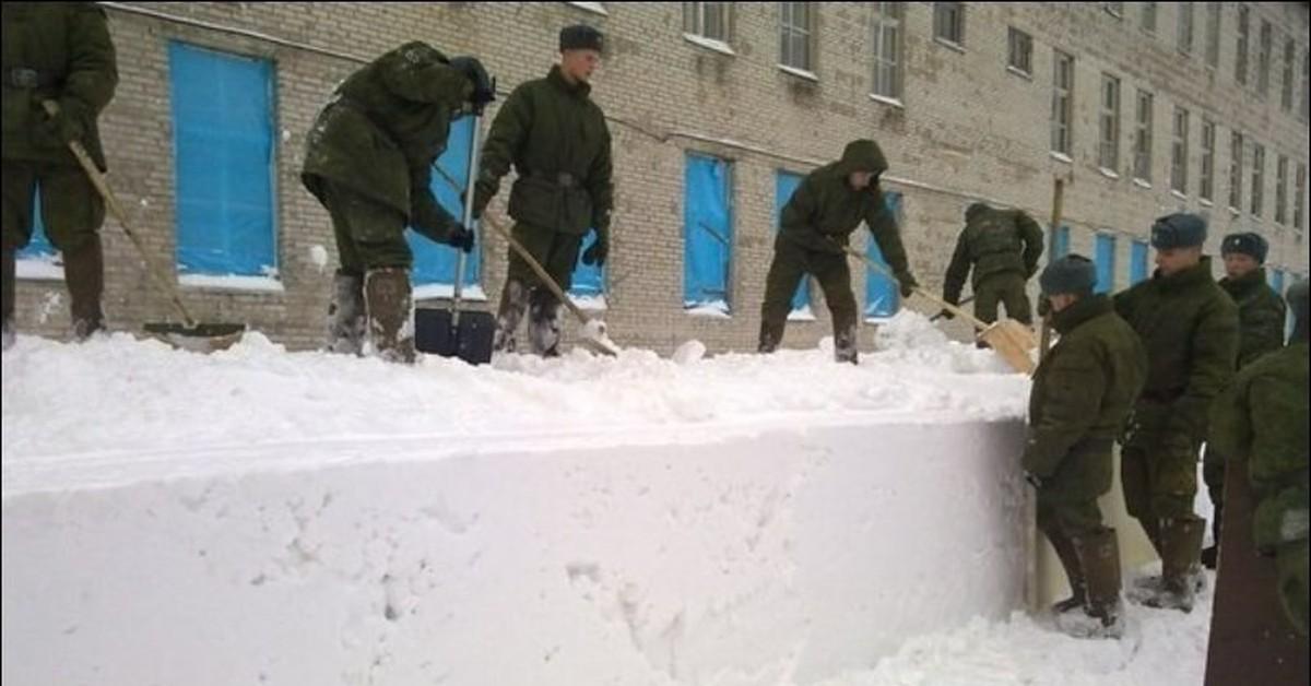 Два солдата и лопата заменяют коммунальщикам уборочную технику