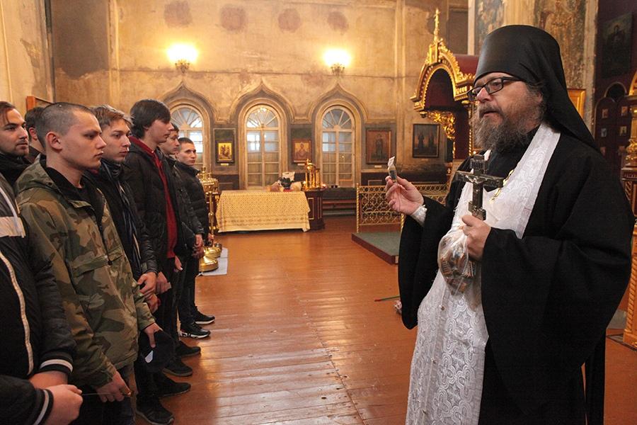Иеромонах Иосиф Бровкин благословляет призывников на ратную службу