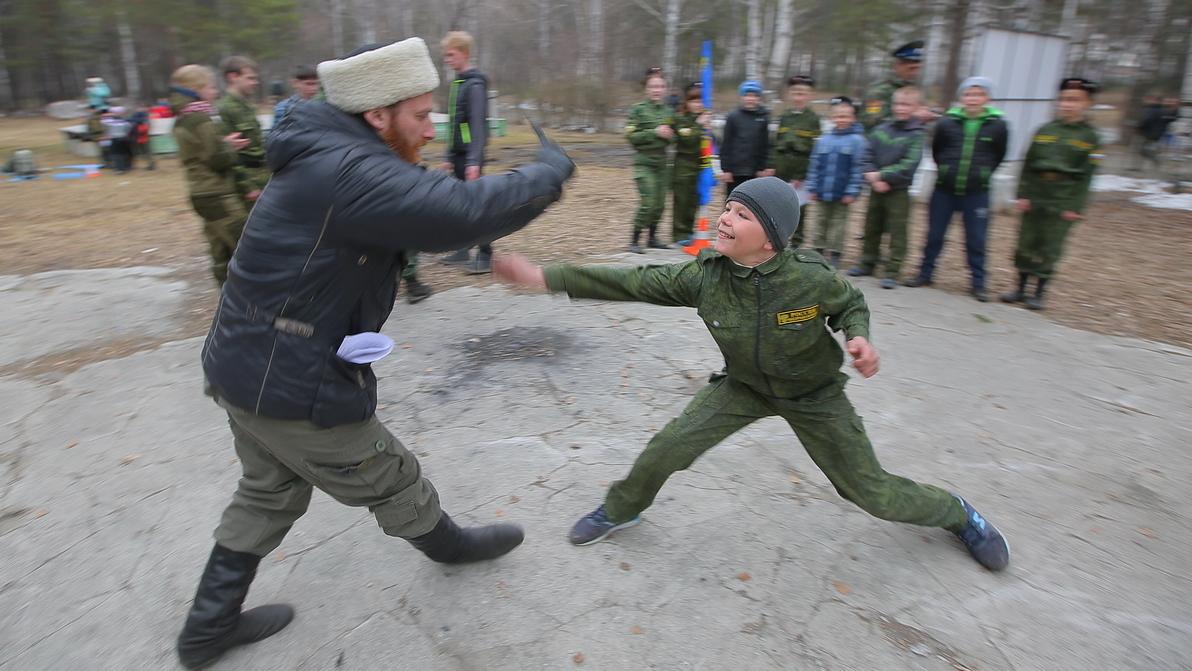 В Верхней Пышме казаки учат школьников биться на ножах, метать гранаты и любить Родину. Фоторепортаж