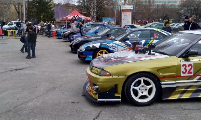 Выставка автомобилей привлекла внимание детей и молодежи