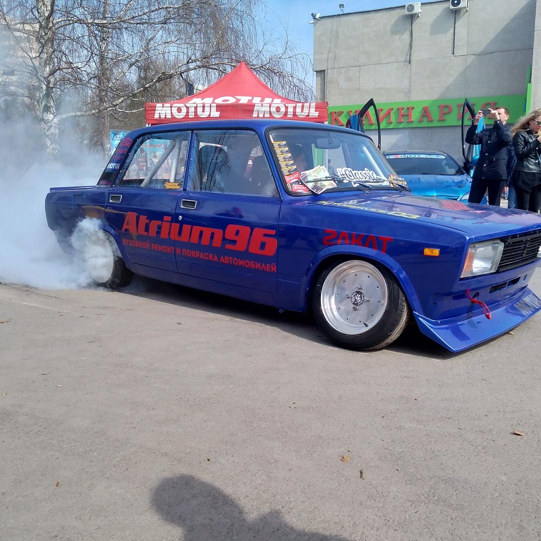 Автомобильная выставка тоже заинтересовала гостей фестиваля